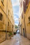 Узкая улица с фонариком и свод в Бари, Италии Итальянский южный ориентир ориентир Старая европейская архитектура Среднеземноморск стоковые фото