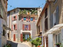 Узкая улица угла в Valensole Alpes de Haute Провансаль стоковые изображения