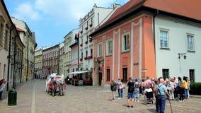Узкая улица Kanonicza с сохраненными средневековыми дворцами в Кракове, Польшей видеоматериал
