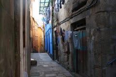 узкая улица porto Португалии Стоковое фото RF