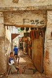 Узкая улица входом к террасе к Tanneurs с взглядами Стоковые Фото