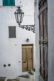 Узкая улица в белом городе Ostuni, Апулии, Италии Стоковые Изображения