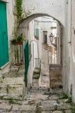 Узкая улица в белом городе Ostuni, Апулии, Италии Стоковое Фото