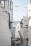 Узкая улица в белом городе Ostuni, Апулии, Италии Стоковые Фото