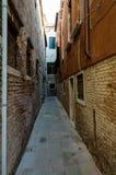Узкая улица в Венеции Стоковое Фото