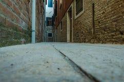 Узкая улица в Венеции Стоковое Изображение RF