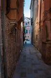 Узкая улица в Венеции Стоковые Фото