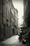 Узкая улица в Риме, Италии Стоковые Фотографии RF