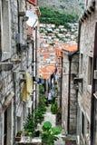 Узкая улица в старом городе Дубровник, Хорватии Стоковая Фотография RF