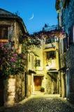 Узкая улица в старом городке в Франции на ноче Стоковое Изображение
