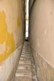 Узкая улица в старом городке, Лиссабоне - Португалии Стоковые Изображения RF