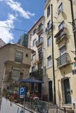 Узкая улица в старом городке, Лиссабоне, Португалии Стоковое Изображение RF