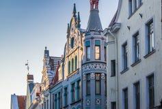 Узкая улица в старом городке Таллина с красочными фасадами Стоковые Изображения