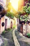 Узкая улица в старом городке, Эльзасе Стоковая Фотография