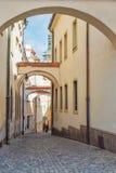 Узкая улица в старом городке Olomouc, чехии Стоковое Изображение RF