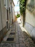 Узкая улица в хорватской деревне, втором стоковые фото