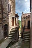 Узкая улица старого города в Италии Стоковая Фотография