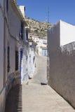 Узкая улица с белизной покрасила дома, типичные этого городка, t Стоковое Изображение
