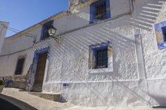 Узкая улица с белизной покрасила дома, типичные этого городка, t Стоковые Изображения