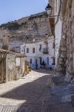 Узкая улица с белизной покрасила дома, типичные этого городка, t Стоковая Фотография