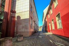 Узкая улица с цветастыми домами стоковая фотография