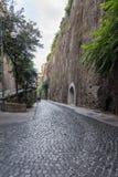 Узкая улица через Luigi de Maio в Сорренто стоковое изображение