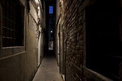 узкая улица стоковые фотографии rf