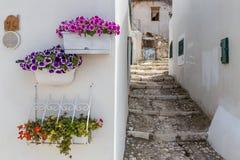 Узкая улица Peschici (Апули-Италии) Стоковое фото RF