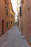 Узкая улица St Tropez стоковое изображение