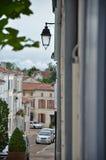 Узкая часть, улица с односторонним движением в Франции Стоковые Фото