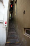 Узкие лестницы с светофором Стоковые Фотографии RF