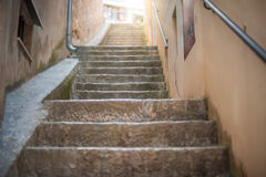 Узкие каменные лестницы в старом городке стоковое фото