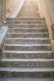 Узкие каменные лестницы в старом городке стоковое фото rf