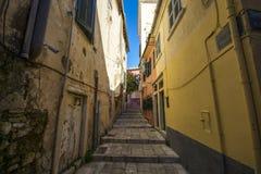 Узкие красивые атмосферические улицы в Kerkira стоковые изображения
