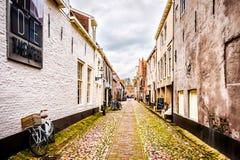 Узкие улицы булыжника в деревне Elburg в сердце Голландии стоковая фотография rf