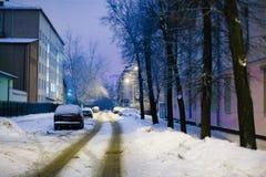 Узкие улицы города покрытые с толстым снегом после тяжелое blizzar стоковые изображения rf