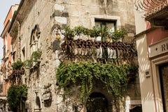 Узкие улицы города Taormina со своими магазинами и средневековыми зданиями на солнечный день Остров Сицилии, Италия Стоковая Фотография RF