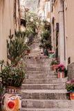 Узкие улицы города Taormina со своими магазинами и средневековыми зданиями на солнечный день Остров Сицилии, Италия Стоковое Фото