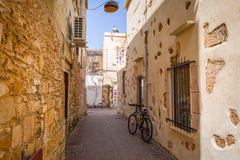 Узкие улицы с сувенирами Стоковые Изображения