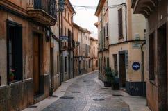 Узкие улицы замотки в Pollensa со своими традиционными каменными домами стоковое фото