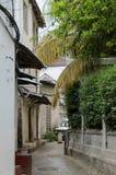 Узкие улицы каменного городка - главного города Занзибара, старой колониальной провинции Стоковое Фото