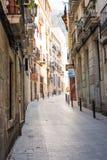 Узкие улицы с средневековой архитектурой в районе Santa Cruz старого городка Аликанте историческом на пути к горе Санта-Барбара стоковые изображения