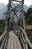 Узкий деревянный мост, Vang Vieng, Лаос стоковые фотографии rf