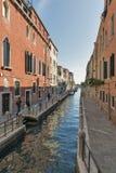 Узкий канал в районе Dorsoduro, Венеции, Италии Стоковое Изображение RF