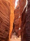 Узкий каньон через красный песчаник стоковое изображение rf