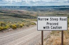 Узкий крутой предупредительный знак дороги Стоковые Фото