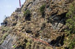 Узкий крутой путь лестниц водя к гнезду ` s тигра, монастырю Taktshang, Бутану стоковые фото