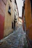 Узкий переулок в Labin в Хорватии стоковая фотография