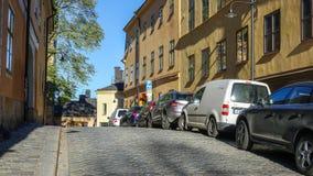 Узкий переулок с припаркованными автомобилями на острове Södermalm, части центрального Стокгольма стоковое фото rf