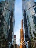 Узкий пропуск между небоскребами в городе Москвы стоковое изображение rf